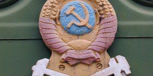 Zug-Emblem sowjetischer Zug im Museum der Lokomotiven in Nowosibirsk