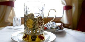 Transsibirische-Eisenbahnresie: so wird üblicherweise Ihr Tee serviert